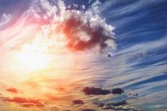 Puesta del sol hermosa pintoresca con el cielo dramático Imagen de archivo