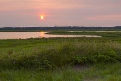 Puesta del sol hermosa por el lago - foto común Fotos de archivo libres de regalías