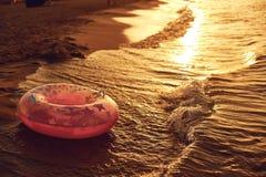 Puesta del sol hermosa por el mar en el centro turístico Imagen de archivo