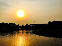 Puesta del sol hermosa por la tarde Imagenes de archivo