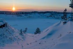 Puesta del sol hermosa por la tarde del invierno fotografía de archivo