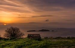 Puesta del sol hermosa sobre Afionas Corfú Grecia Grecia que sorprende Foto de archivo