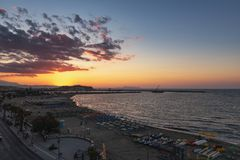 Puesta del sol hermosa sobre bahía del mar y fortaleza vieja Isla de Crete imagenes de archivo