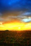 Puesta del sol hermosa sobre campo Imágenes de archivo libres de regalías