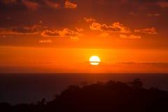 Puesta del sol hermosa sobre Costa Rica Cielo rojo Sol lleno del disco Imagenes de archivo