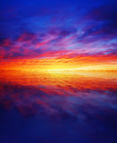 Puesta del sol hermosa sobre el agua fotografía de archivo