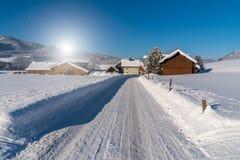 Puesta del sol hermosa sobre el camino nevoso Imagen de archivo
