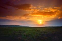 Puesta del sol hermosa sobre el campo fotos de archivo libres de regalías