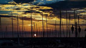 Puesta del sol hermosa sobre el club náutico en un mar en el teléfono Aviv-Jaffa, Israel almacen de video