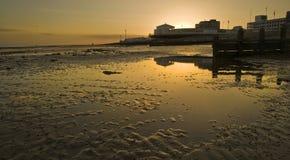 Puesta del sol hermosa sobre el embarcadero Foto de archivo libre de regalías