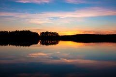 Puesta del sol hermosa sobre el lago Fotos de archivo libres de regalías