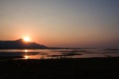 Puesta del sol hermosa sobre el lago Foto de archivo