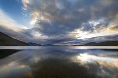 Puesta del sol hermosa sobre el lago de la montaña Fotos de archivo libres de regalías