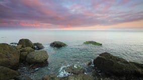 Puesta del sol hermosa sobre el mar almacen de video