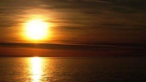 Puesta del sol hermosa sobre el mar almacen de metraje de vídeo