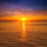 Puesta del sol hermosa sobre el mar Imagenes de archivo