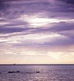 Puesta del sol hermosa sobre el mar Foto de archivo libre de regalías