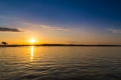 Puesta del sol hermosa sobre el mar adriático, con el cloudscape dramático hermoso Fotos de archivo