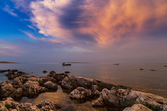 Puesta del sol hermosa sobre el mar adriático, con el cloudscape dramático hermoso Imágenes de archivo libres de regalías
