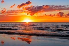 Puesta del sol hermosa sobre el mar Báltico con la nube y los haces, Jurmala Dzintari Fotos de archivo libres de regalías