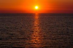 Puesta del sol hermosa sobre el mar fotos de archivo libres de regalías