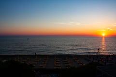 Puesta del sol hermosa sobre el mar fotos de archivo