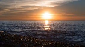 Puesta del sol hermosa sobre el mar en las nubes Lapso de tiempo almacen de video