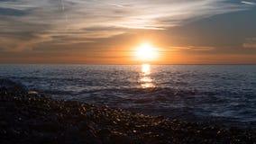 Puesta del sol hermosa sobre el mar en las nubes Lapso de tiempo almacen de metraje de vídeo