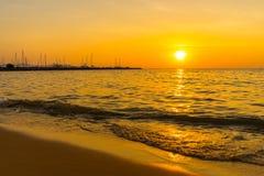 Puesta del sol hermosa sobre el mar en Pattaya Tailandia Fotos de archivo libres de regalías