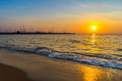 Puesta del sol hermosa sobre el mar en Pattaya Tailandia Foto de archivo libre de regalías
