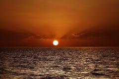 Puesta del sol hermosa sobre el mar Mediterráneo Fotografía de archivo libre de regalías