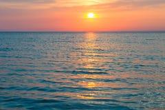 Puesta del sol hermosa sobre el Mar Negro en el verano Foto de archivo libre de regalías