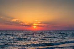 Puesta del sol hermosa sobre el Mar Negro en el verano Fotos de archivo