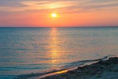 Puesta del sol hermosa sobre el Mar Negro en el verano Foto de archivo