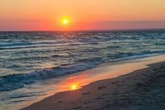 Puesta del sol hermosa sobre el Mar Negro en el verano El pájaro que vuela sobre el agua Paisaje del mar Imágenes de archivo libres de regalías