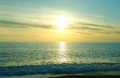 Puesta del sol hermosa sobre el mar tirreno, Calabria, Italia fotografía de archivo libre de regalías