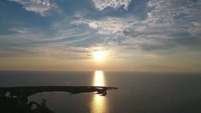 Puesta del sol hermosa sobre el mar Trayectoria solar Silueta del hombre de negocios Cowering almacen de video