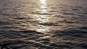 Puesta del sol hermosa sobre el mar y la cubierta del borde del yate existencias Aturdiendo paisaje marino, la ondulación en cons almacen de video