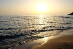 Puesta del sol hermosa sobre el mar y las rocas Foto de archivo