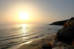 Puesta del sol hermosa sobre el mar y las rocas Fotografía de archivo