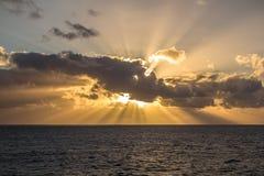 Puesta del sol hermosa sobre el océano Fotografía de archivo libre de regalías