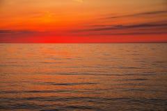 Puesta del sol hermosa sobre el océano foto de archivo
