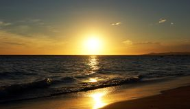 Puesta del sol hermosa sobre el océano fotos de archivo libres de regalías