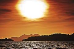 Puesta del sol hermosa sobre el océano. Fotografía de archivo libre de regalías