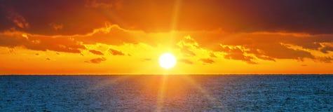 Puesta del sol hermosa sobre el océano Imagen de archivo