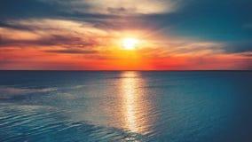 Puesta del sol hermosa sobre el océano con la reflexión del sol almacen de video