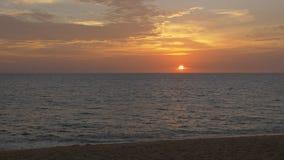 Puesta del sol hermosa sobre el océano en una playa tropical almacen de video