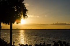 Puesta del sol hermosa sobre el océano Imagen del concepto de las vacaciones Fotos de archivo libres de regalías