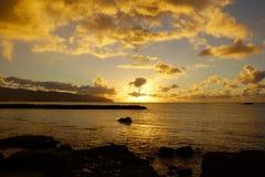 Puesta del sol hermosa sobre el océano a lo largo de la orilla rocosa Imagen de archivo libre de regalías