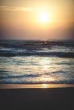 Puesta del sol hermosa sobre el océano Salida del sol en el mar Imagen de archivo